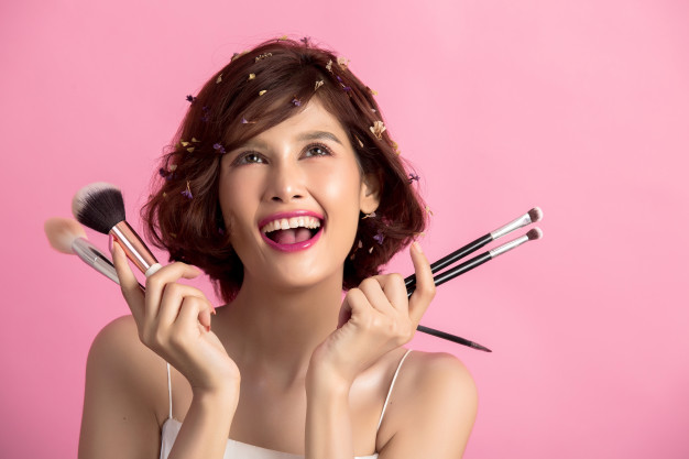 short-hair-asian-young-beautiful-woman-applying-cosmetic-powder-brush_1150-13018